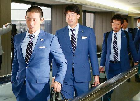 米国から帰国した野球日本代表の(左から)小林誠司捕手、菅野智之投手、松田宣浩内野手=23日午後、成田空港