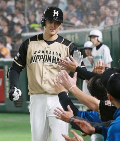 5回、本塁打を放ち、ナインに迎えられる日本ハム・大谷=東京ドーム