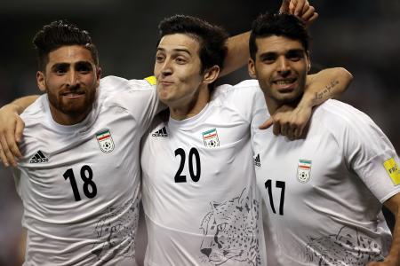 カタール戦でゴールを喜ぶイランの選手たち=23日、ドーハ(ゲッティ=共同)