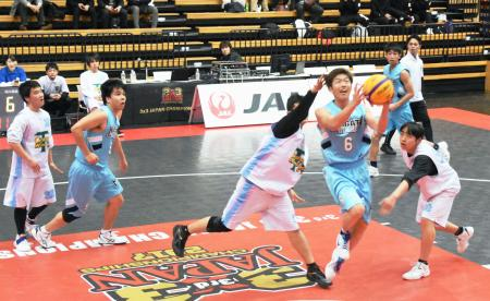 バスケットボール3人制の日本選手権でプレーする選手=大田区総合体育館