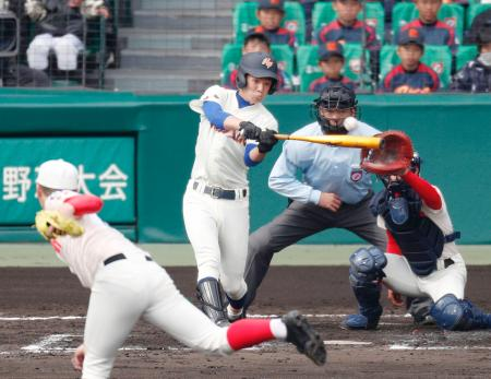 智弁学園―盛岡大付 6回裏盛岡大付2死二塁、大里が右越えに先制の二塁打を放つ。投手松本、捕手石田=甲子園