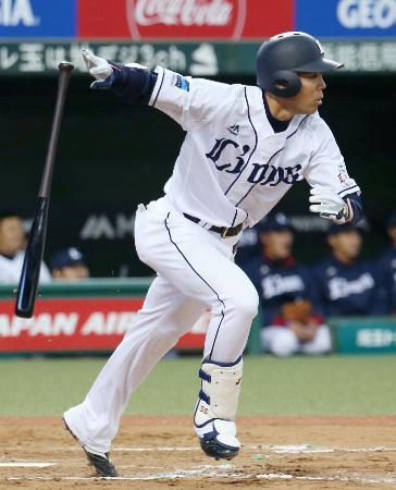 8回、西武・秋山が右中間に適時三塁打を放つ=メットライフドーム