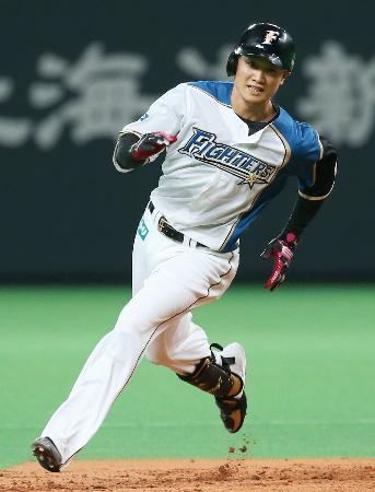 8回、走者一掃の三塁打を放ち、三塁に向かう日本ハム・西川=札幌ドーム