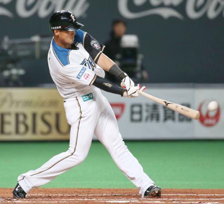 1回、中前に適時打を放つ日本ハム・中田=札幌ドーム