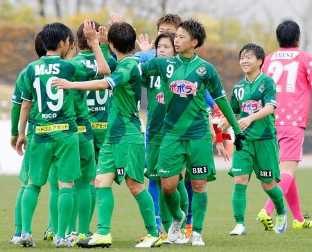 ちふれAS埼玉に勝利し、タッチを交わす田中(9)ら日テレイレブン=味の素スタジアム西競技場