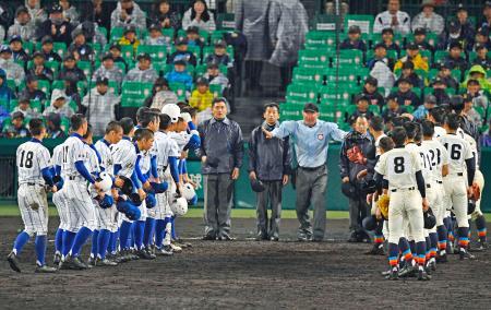 第2試合に引き続き延長15回で引き分け再試合となり、整列する健大高崎(左)、福井工大福井の両校ナイン=甲子園