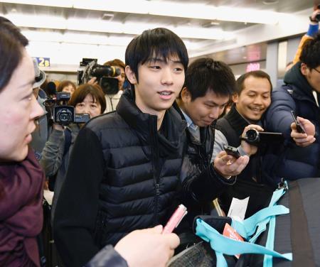フィギュアスケートの世界選手権のため、ヘルシンキの空港に到着した羽生結弦=26日(共同)