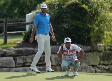 デル・マッチプレーゴルフ最終日、ダスティン・ジョンソン(左)の横でラインを読む谷原秀人=26日、オースティン(USA TODAY・ロイター=共同)