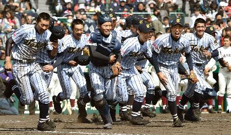 ベスト8進出を決め、応援席に向かって駆けだす東海大福岡ナイン=甲子園