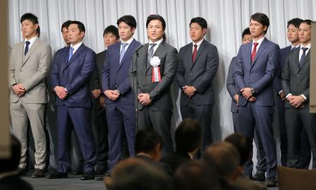 「燦燦会」の総会であいさつする巨人の高橋監督(中央)=27日、東京都内のホテル(代表撮影)