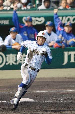 健大高崎―福井工大福井 4回裏、満塁本塁打を放ち二塁へ向かう健大高崎・山下=甲子園