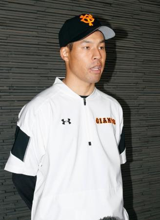 3軍の練習に参加後、取材を受ける巨人・高木京=川崎市のジャイアンツ球場