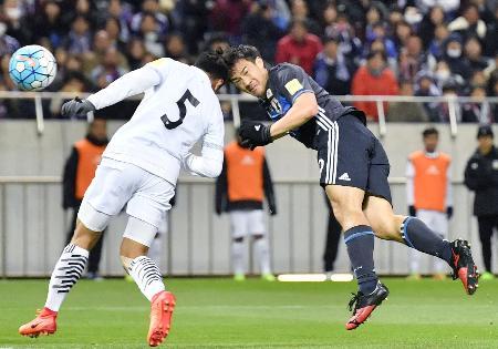 日本―タイ 前半、ヘディングで2点目のゴールを決める岡崎(右)=埼玉スタジアム