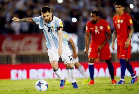 チリ戦で決勝点となるPKを蹴るメッシ=23日、ブエノスアイレス(ロイター=共同)