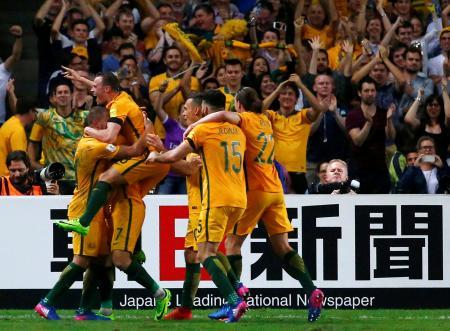 アジア最終予選B組のUAE戦でゴールを喜ぶオーストラリアの選手たち=28日、シドニー(ロイター=共同)