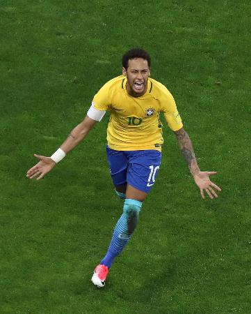 W杯南米予選のパラグアイ戦でゴールを決めたブラジルのネイマール=28日、サンパウロ(ロイター=共同)