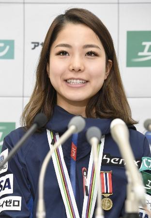 W杯遠征を終えて帰国し、記者会見する高梨沙羅=14日、羽田空港