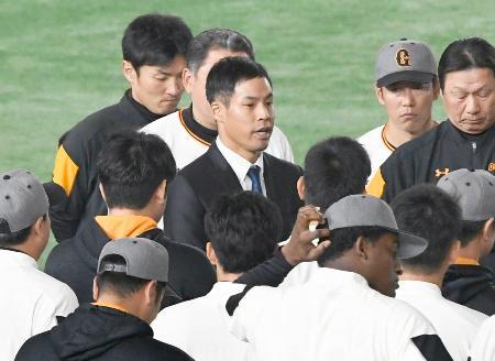 練習開始前、巨人の1軍選手らに謝罪する高木京介投手(中央)=29日、東京ドーム