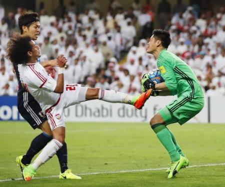 サッカーW杯最終予選 日本―UAE 前半、セーブするGK川島(右)=アルアイン(共同)