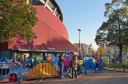 チケット購入のための整理券入手のため、マツダスタジアム前にテントを張り並ぶ人たち=2月27日、広島市