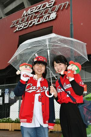 開幕戦の広島―阪神戦が行われるマツダスタジアムで、開場を待つ「カープ女子」のファン=31日午前、広島市