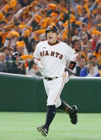 1回、先制2ランを放ち、本塁に向かう巨人・阿部=東京ドーム