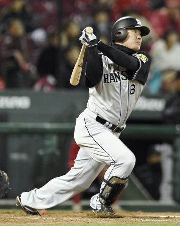 9回阪神1死一塁、福留が右中間に2ランを放つ=マツダ