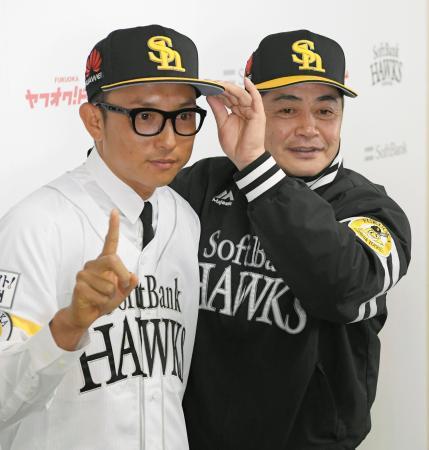 ソフトバンクの入団会見で、写真に納まる川崎宗則内野手(左)と工藤監督=1日、ヤフオクドーム