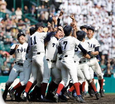第89回選抜高校野球大会で履正社を破って2度目の優勝を果たし、喜ぶ大阪桐蔭ナイン=1日、甲子園球場