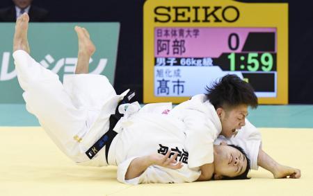 男子66キロ級決勝 高市賢悟(下)に一本勝ちした阿部一二三=福岡国際センター