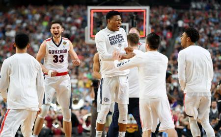バスケットボール男子の全米大学選手権で決勝進出を決め、喜ぶゴンザガ大の選手=米アリゾナ州グレンデール(USA TODAY・ロイター=共同)