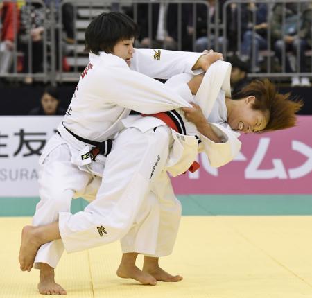 女子48キロ級決勝 渡名喜風南(左)を破った近藤亜美=福岡国際センター