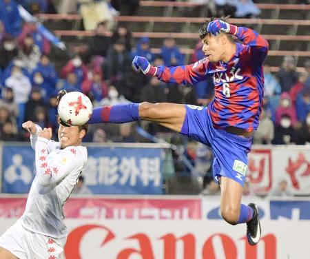 甲府―札幌 後半、2点目のゴールを決める甲府・エデルリマ(右)=中銀スタ