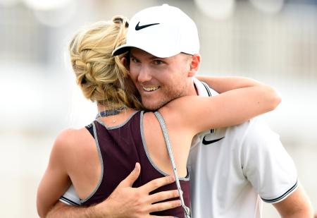 ヒューストン・オープン最終日。優勝を決めて夫人と抱き合うラッセル・ヘンリー=2日、テキサス州ハンブル(ゲッティ=共同)
