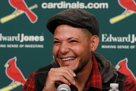 ブッシュスタジアムでの記者会見で笑顔を見せるカージナルスのモリーナ=2日、セントルイス(UPI=共同)