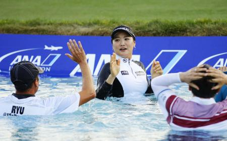 プレーオフで優勝を決め、池に飛び込んで喜ぶ柳簫然=ミッションヒルズCC(共同)