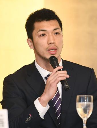 記者会見する、WBAミドル級2位の村田諒太=3日午後、東京都内のホテル