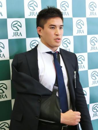 日本中央競馬会の入会式に出席後、報道陣の質問に答えるベイカー茉秋選手=3日午前、東京都港区