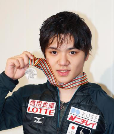フィギュアスケートの世界選手権で2位となり帰国、メダルを手にする宇野昌磨選手=4日午前、成田空港