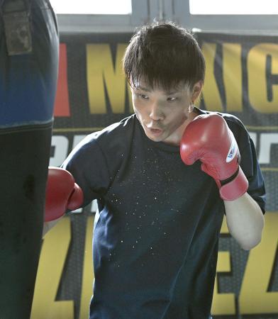 WBAスーパーバンタム級タイトルマッチに向け、調整する挑戦者の久保隼=神戸市