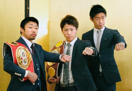 ダブル世界戦を発表しポーズを決める(左から)IBFライトフライ級王者の八重樫東、WBOスーパーフライ級王者の井上尚弥。右は清水聡=4日、東京都内