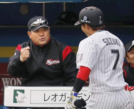 7回、逆転2ランを放った鈴木(右)を迎えるロッテの伊東監督=ZOZOマリン