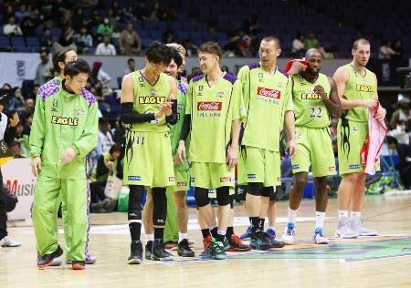 バスケットボールBリーグで名古屋Dに勝利し、喜ぶ北海道の選手たち=2016年12月、北海きたえーる