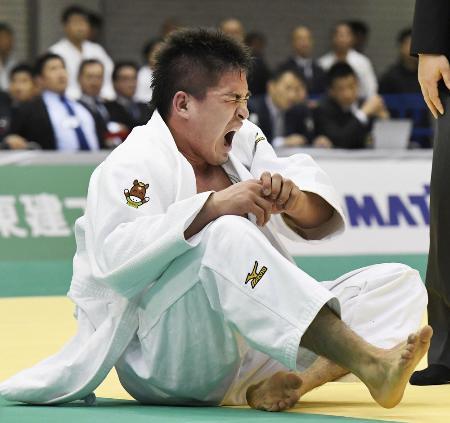 2日の全日本体重別柔道で右肩を痛めたベイカー茉秋=福岡国際センター