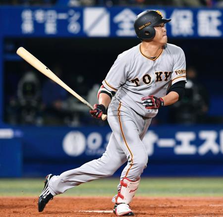 5回巨人1死三塁、内海が中前に勝ち越し打を放つ=横浜