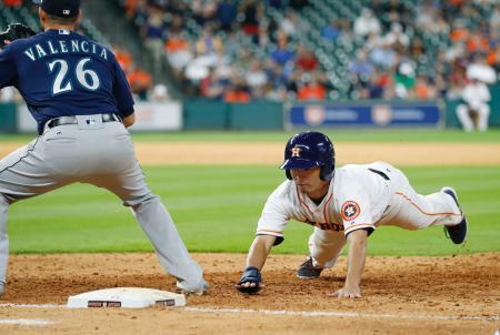 マリナーズ戦の9回、けん制で一塁に戻る、四球で出塁したアストロズの青木=ヒューストン(共同)