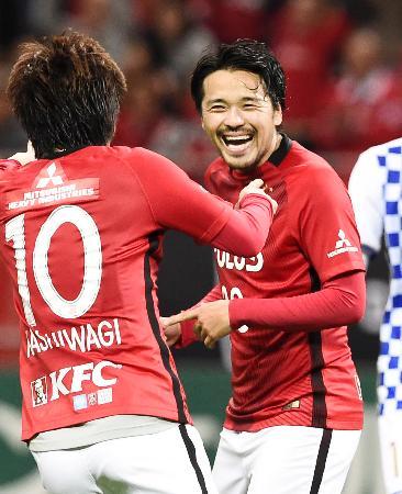 浦和―仙台 前半、ハットトリックを達成し喜ぶ浦和・興梠=埼玉スタジアム