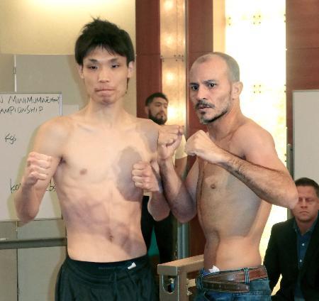 WBAスーパーバンタム級タイトルマッチの前日計量をともにクリアした、挑戦者の久保隼(左)と王者のネオマール・セルメニョ=8日、大阪市