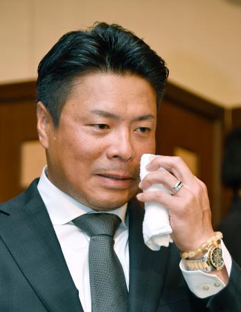 今季限りでの現役引退を表明する岩村明憲内野手=10日午前、東京都内のホテル