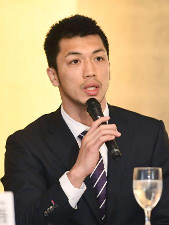 記者会見する、WBAミドル級2位の村田諒太=4月3日午後、東京都内のホテル